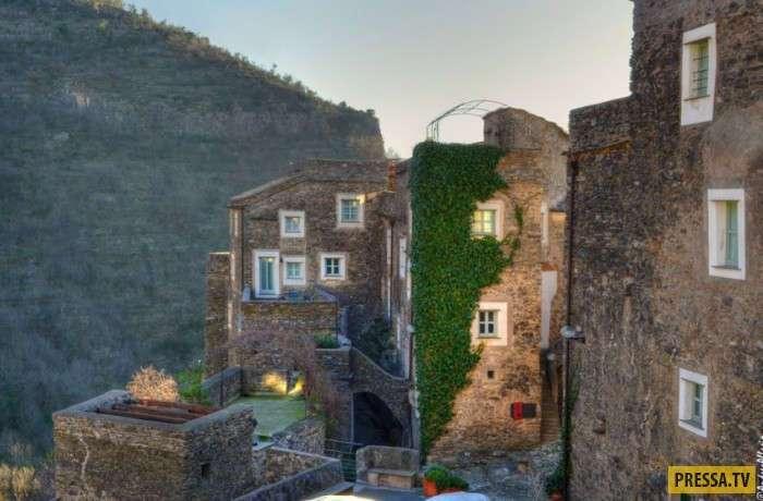 Средневековая на вид и высокотехнологичная внутри деревня в Италии (12 фото)