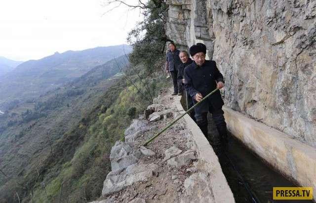 Китаец потратил 36 лет на рытьё канала, обеспечивающего водой его деревню (4 фото + видео)