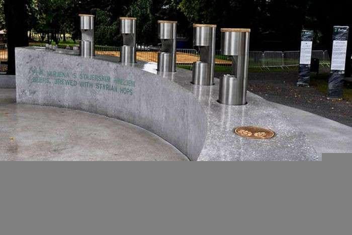 Топ 9: Самые необычные фонтаны, в которых струится не вода (10 фото)