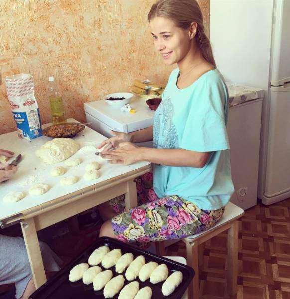 Женщина на кухне - к еде