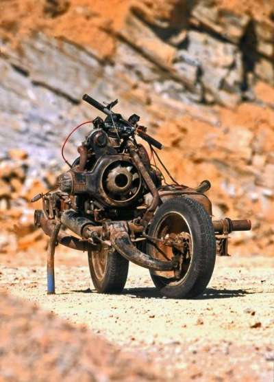 Взял и собрал средство передвижения из сломанной машины посреди пустыни
