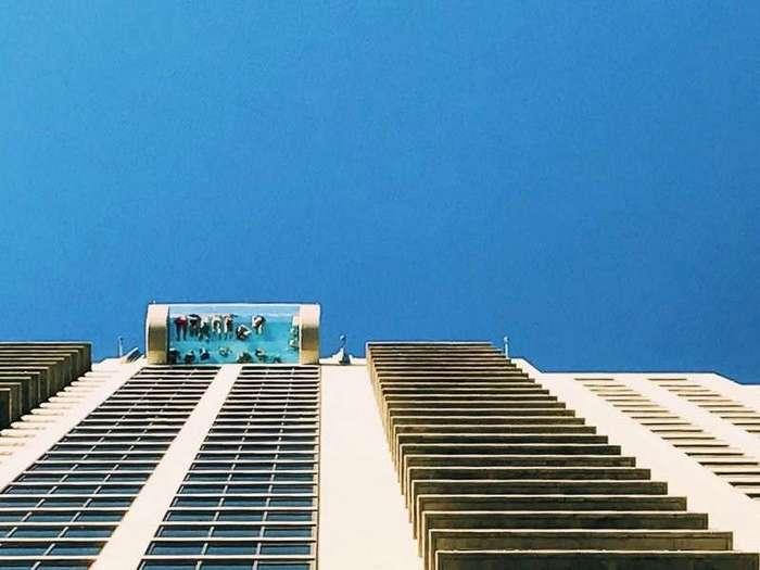 Бассейн с прозрачным дном на небоскребе в Хьюстоне