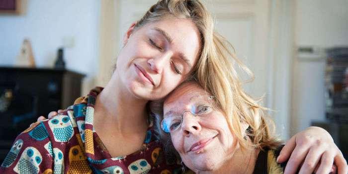 Исследования показали: чем чаще вы общаетесь с мамой, тем дольше она проживет