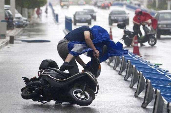 Ураганный ветер в Шанхае (18 фото)