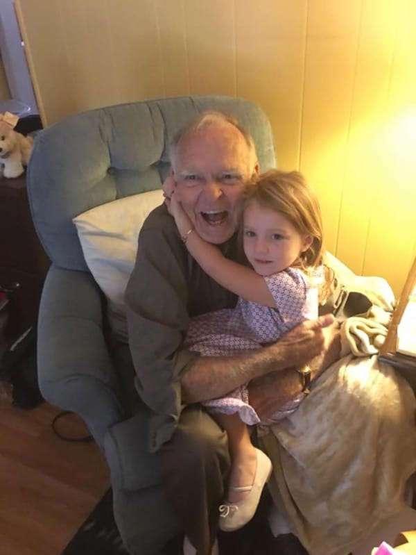 Ее дочь заговорила к незнакомым пожилым мужчиной. То, что произошло дальше, заставило меня плакать!