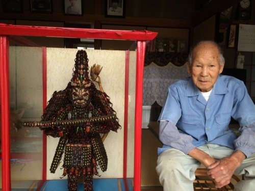 Необычная буддийская скульптура из 20.000 жуков (9 фото)