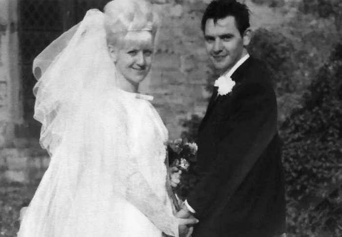 Эта пара отпраздновала 50-летнюю годовщину в тех же нарядах, которые были на них в 1966 году