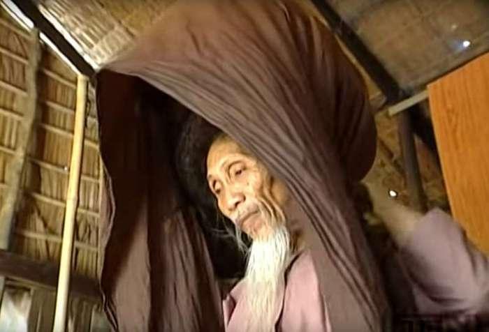 Он не стриг и не мыл волосы более 50 лет! Посмотрите, что он скрывает под накидкой!