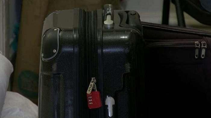 Бездомная всюду носила 3 чемодана. Ее считали сумасшедшей, а потом заглянули внутрь...