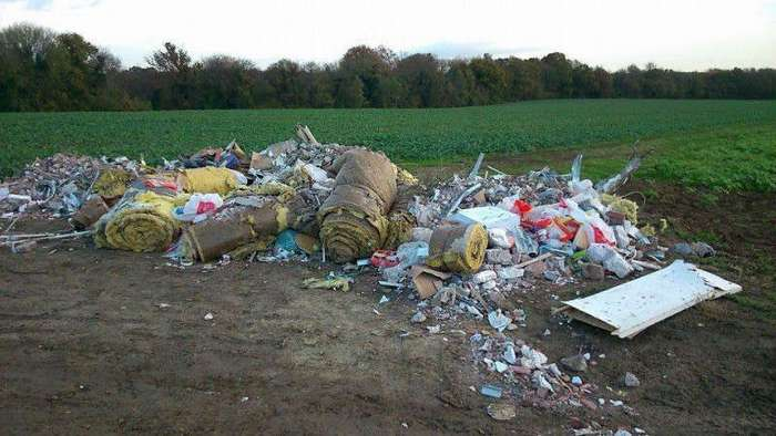 Мэр города вернул мусор людям, которые оставляли его в лесу