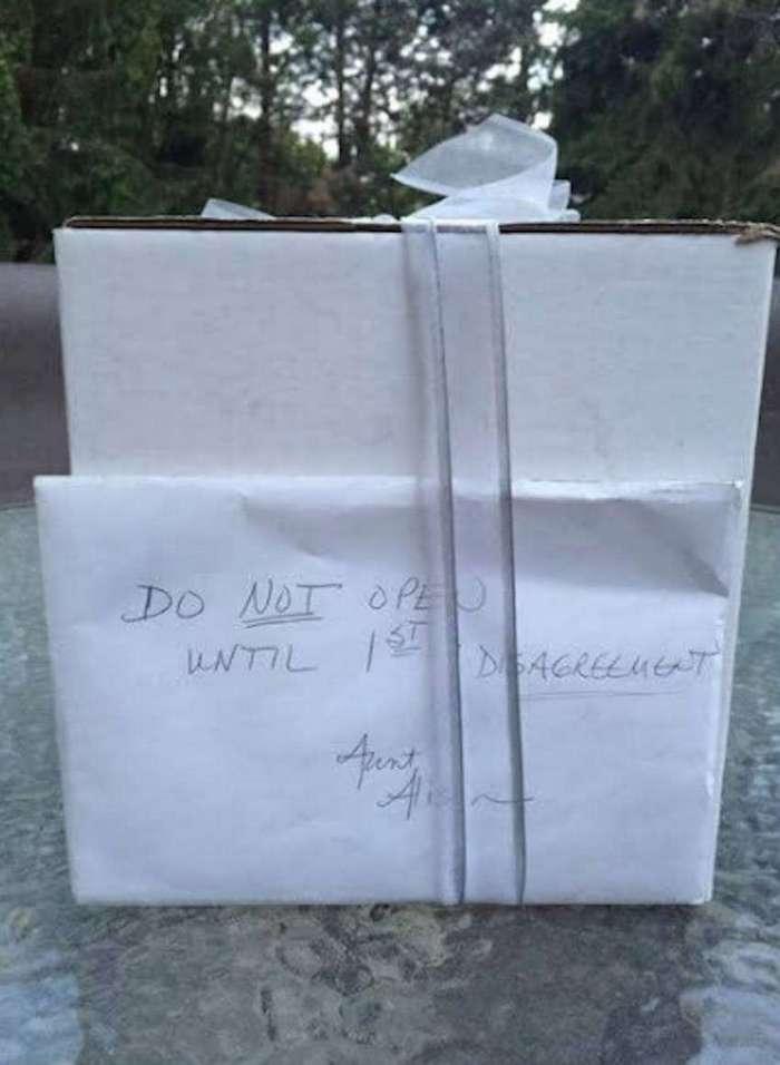 Спустя 9 лет после свадьбы пара нашла нераспакованный подарок со свадьбы. И он оказался самым ценным!