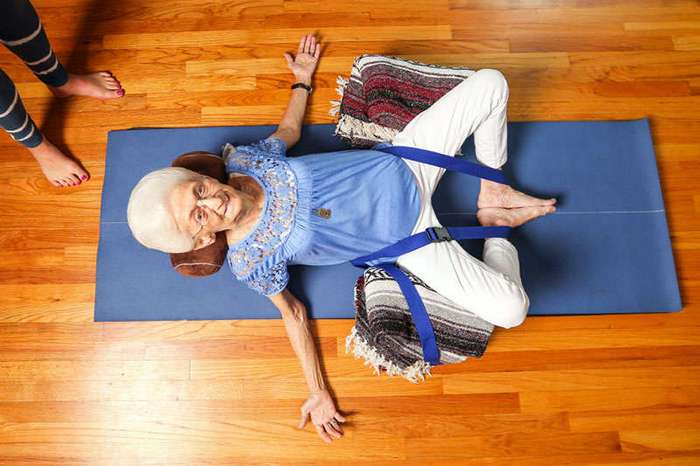 Эта 85-летняя старушка была горбатой много лет. А потом занялась йогой!