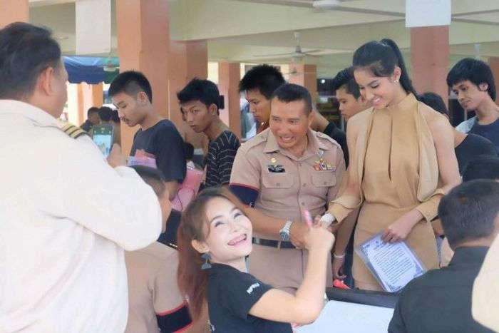 Очередь призывников в Таиланде