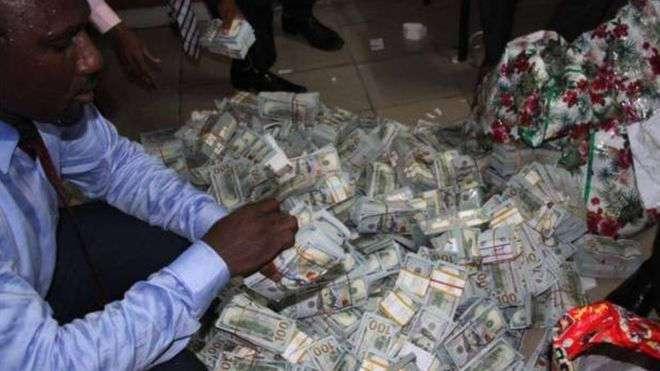 При обыске квартиры в Нигерии нашли более $43 млн. наличными