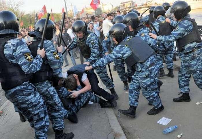 В Думе предлагают разрешить полиции стрелять в толпу (3 фото)