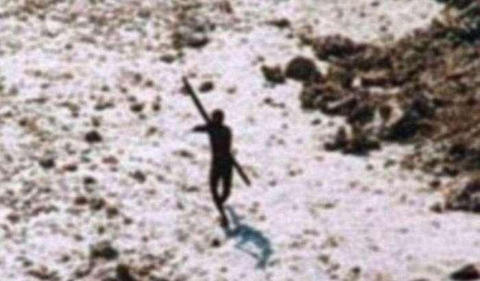 Первобытное племя возрастом 60 000 лет убивают любого, кто попытается сунуться на их остров