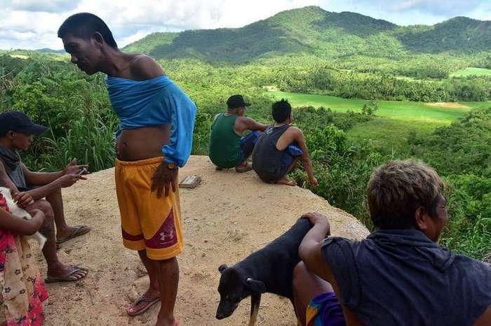 Филиппинский шахтеры рискуют своими жизнями, ныряя в мутные воды в поисках золота