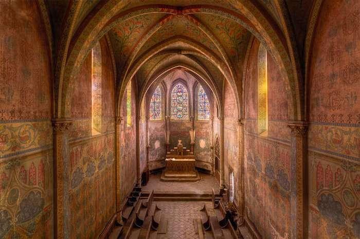 Фотограф снимает заброшенные церкви