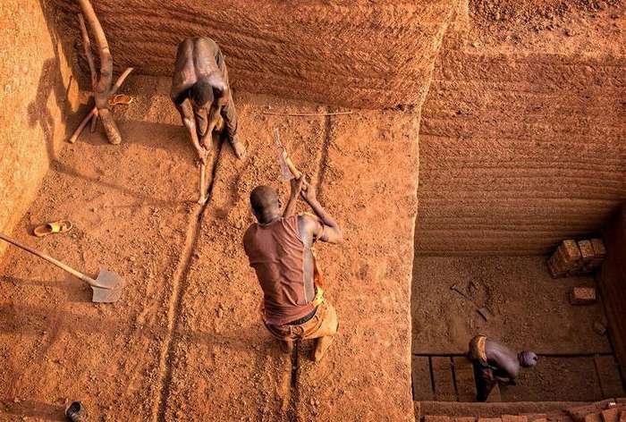 Как добывают кирпичи в Буркина-Фасо