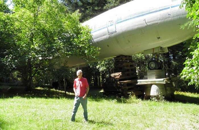 Мужчина приобрел самолет и сделал из него себе настоящий дом