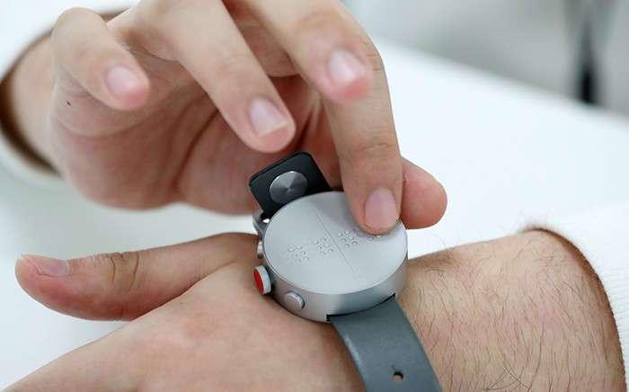 Читать прикосновением: в продажу поступили первые смарт-часы для незрячих
