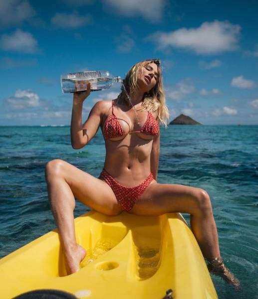 Очаровательные девушки в купальниках напомнят нам о лете, солнце и теплых деньках