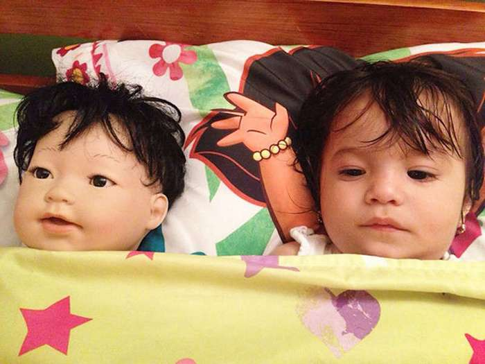 Как две капли воды: малыши, нашедшие своих двойников в магазине игрушек