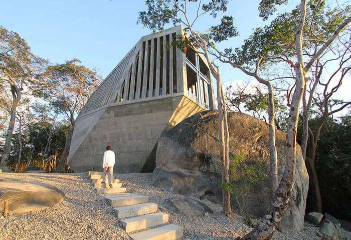 Часовня в виде огромного камня в Акапульк