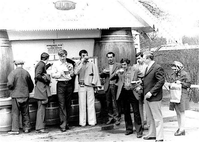 У павильона пиво-воды стоял советский человек