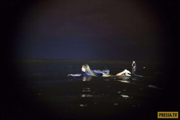 Ночные серферы на волнах Тихого океана (15 фото)