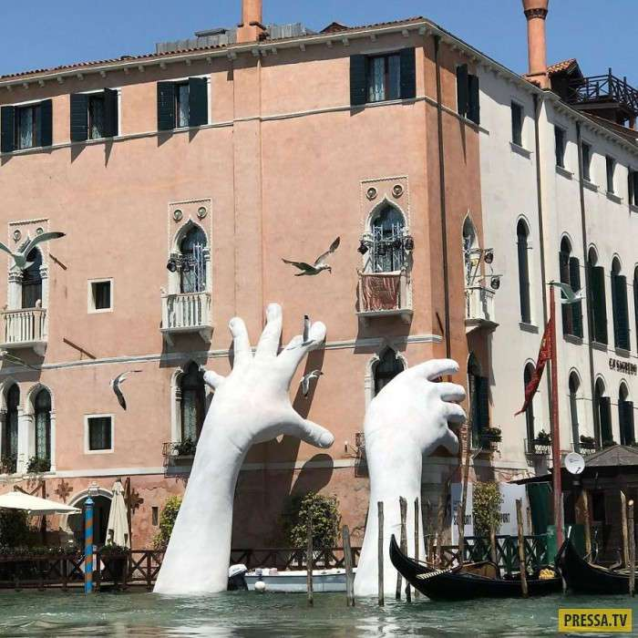 """""""Гигантские руки"""" в Венеции как напоминание о глобальном потеплении"""