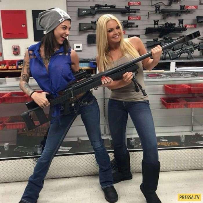 Горячие девушки и оружие (44 фото)