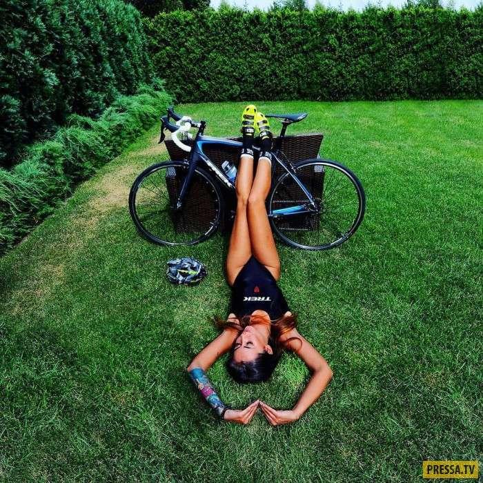 Прелестные девушки на велосипедах (35 фото)