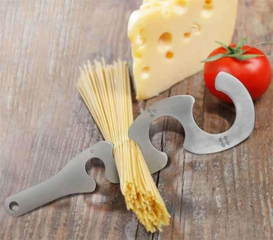 Вот, оказывается, для чего в ложке для спагетти это отверстие. Это же мега-удобно!