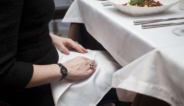 Вот как правильно пользоваться салфеткой в ресторане. А вы знали об этом?