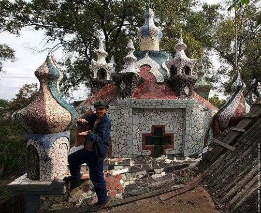 Пенсионеры построили замок из строительного мусора (6 фото)