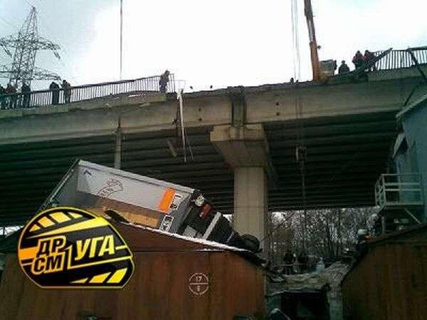 Фура упала на гаражи (19 фото)