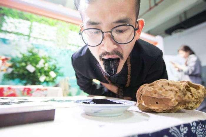 Китайский художник пишет картины языком (6 фото)
