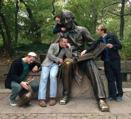 Прикольные фотографии с памятниками (29 фото)