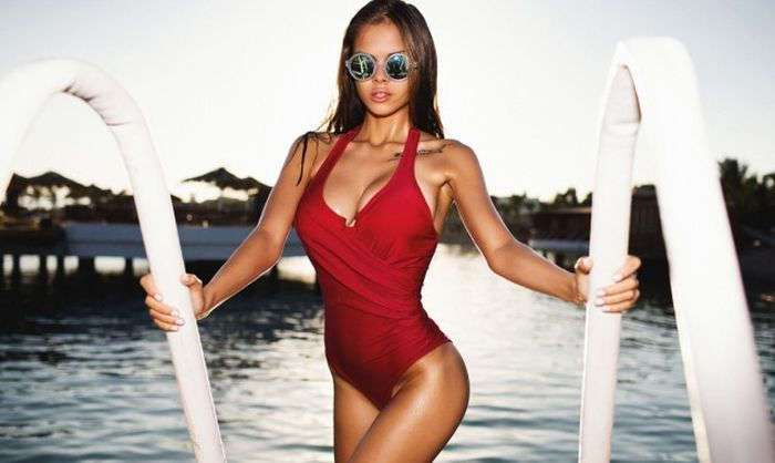 Девушки в красных купальниках (44 фото)
