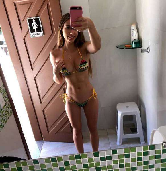 Стройные девушки в купальниках бикини (32 фото)