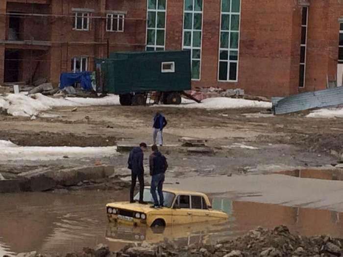 Весна в Югре: в луже вблизи мечети утонула машина, а мэр предложил карать людей за свинство. ФОТО