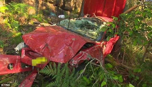 Двое парней остались невредимыми, пролетев в машине 10 метров с горы (10 фото)