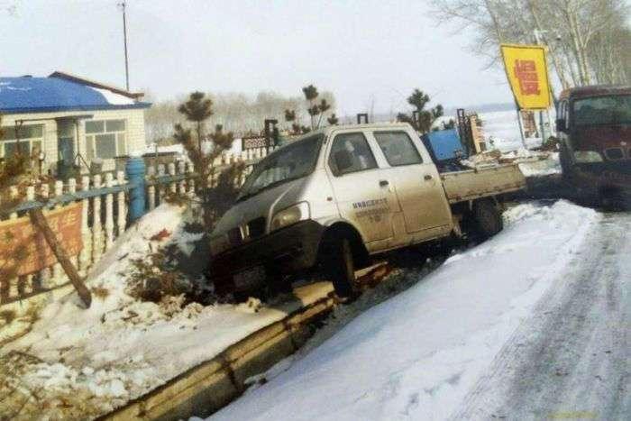 В Китае в жилой дом за год врезалось почти 50 автомобилей (7 фото)