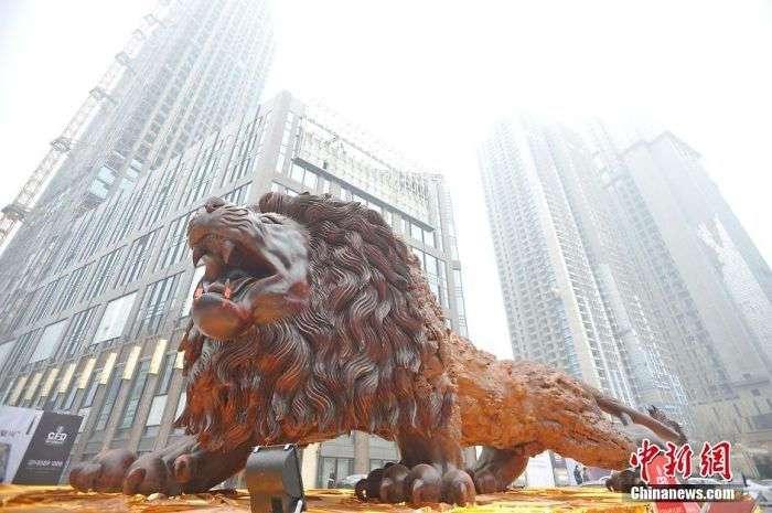Самая большая в мире скульптура льва из цельного дерева (7 фото)