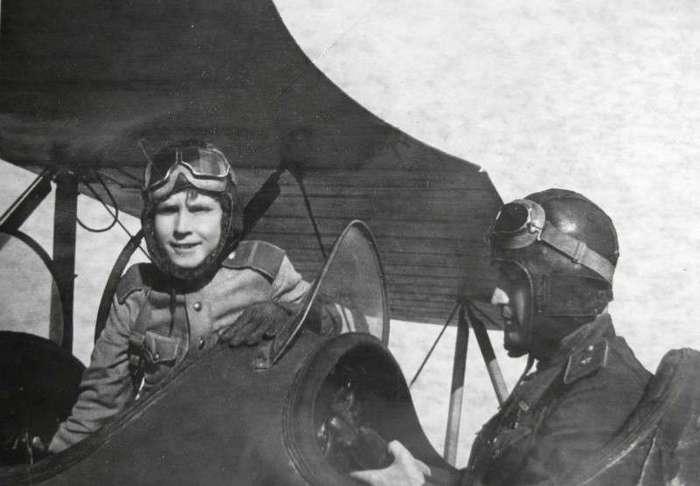 Аркадий Каманин: пионер в самолете (4 фото)