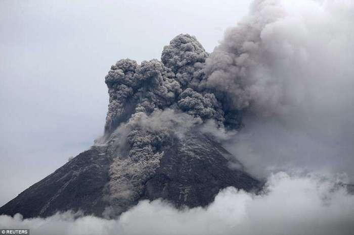 Зрелищные извержения вулканов последних лет (16 фото)