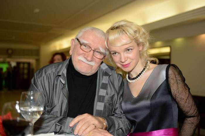 Старики, которые взяли в жёны молодых красавиц (22 фото)