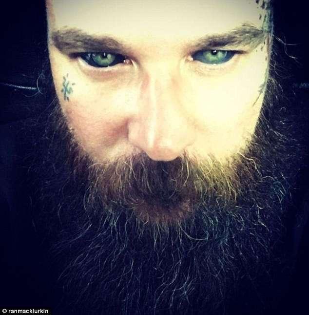 Татуировка на глазном яблоке - жуткое новшество (9 фото)