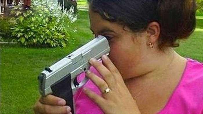 Девушки и оружие - вещи несовместимые! (12 фото + 4 видео)